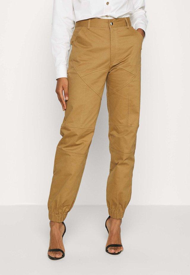 SERGE PANT - Spodnie materiałowe - tan