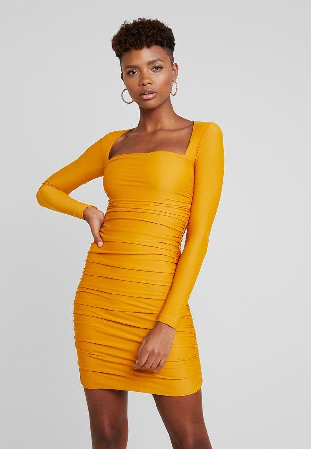 TULLY DRESS - Žerzejové šaty - mustard