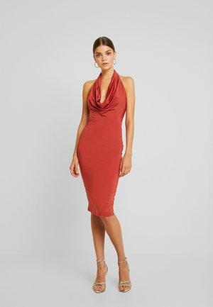 DROP IT LOW DRESS - Pouzdrové šaty - rust