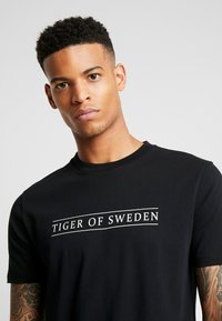 Tiger of Sweden Jeans - FLEEK - T-shirt med print - black - 4