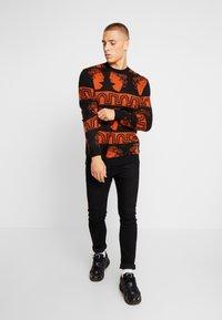 Tiger of Sweden Jeans - PIERRE  - Stickad tröja - black/orange - 1