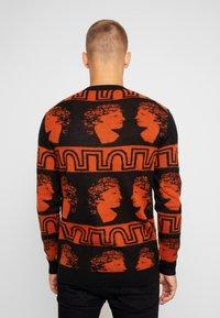 Tiger of Sweden Jeans - PIERRE  - Stickad tröja - black/orange - 2