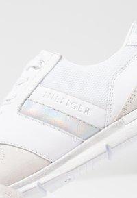Tommy Hilfiger - IRIDESCENT LIGHT  - Tenisky - white - 2