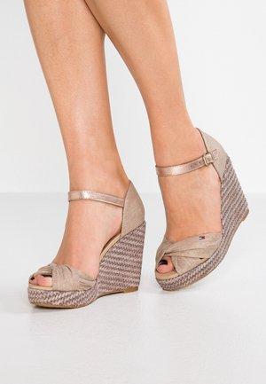 ICONIC ELENA METALLIC  - Korolliset sandaalit - beige