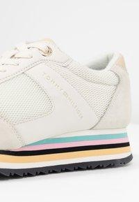 Tommy Hilfiger - STRIPE RETRO  - Sneakers - white - 2