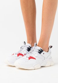 Tommy Hilfiger - WMN CHUNKY MIXED TEXTILE TRAINER - Sneakersy niskie - white - 0