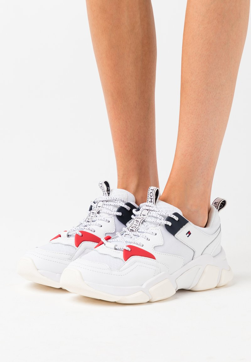 Tommy Hilfiger - WMN CHUNKY MIXED TEXTILE TRAINER - Sneakersy niskie - white