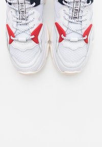 Tommy Hilfiger - WMN CHUNKY MIXED TEXTILE TRAINER - Sneakersy niskie - white - 5