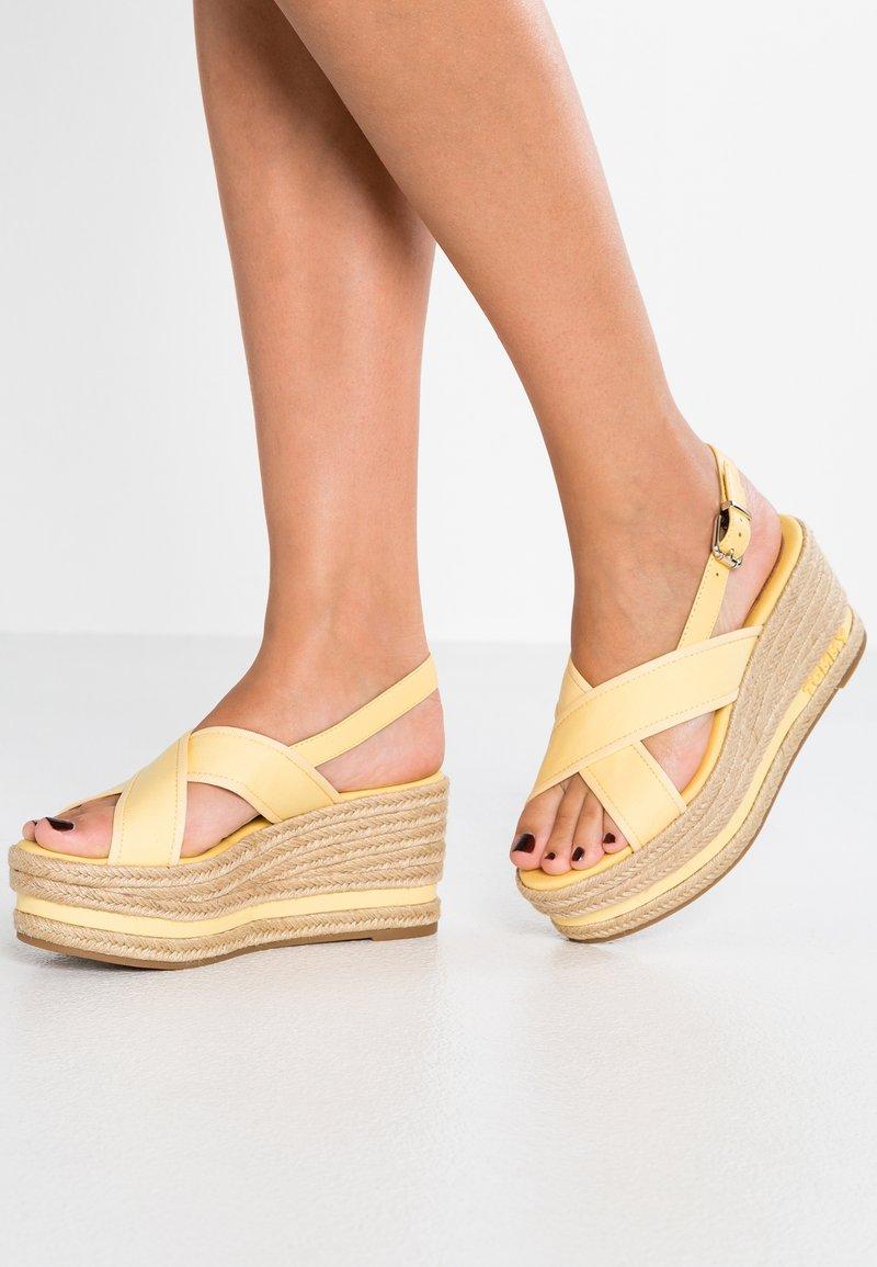 Tommy Hilfiger - FLATFORM - Korkeakorkoiset sandaalit - yellow