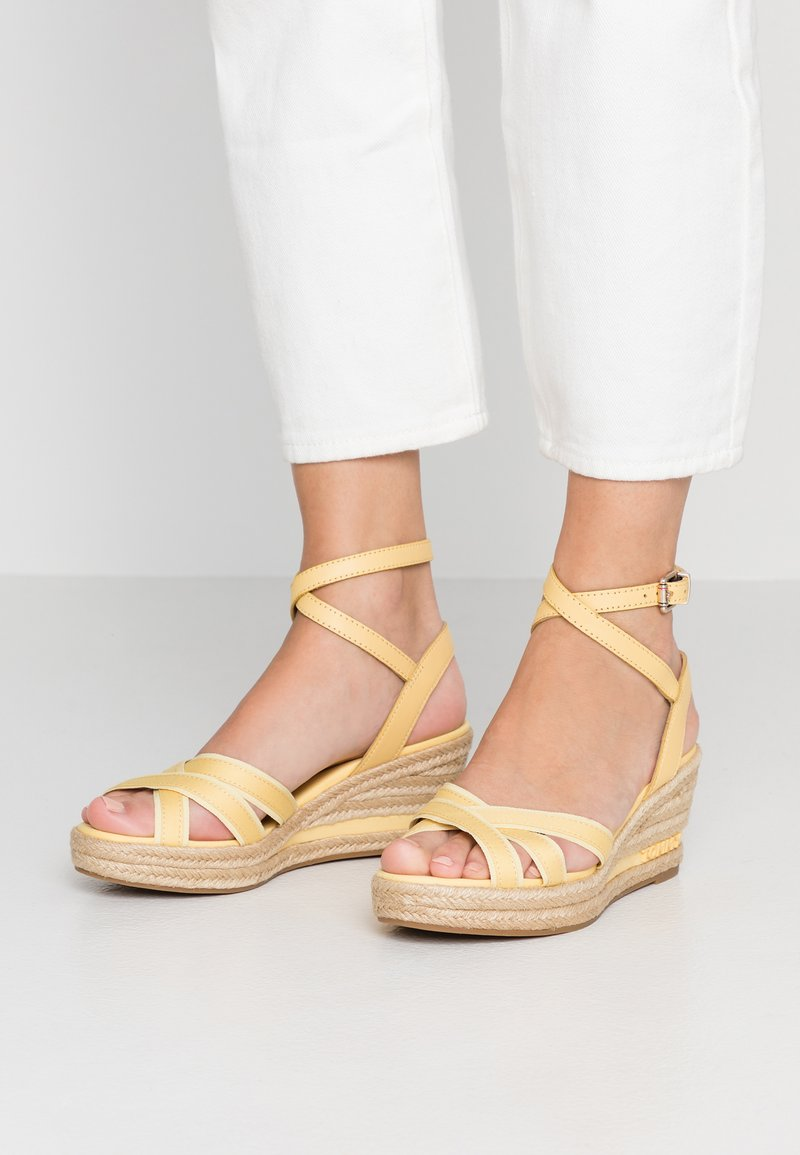 Tommy Hilfiger - ICONIC ELBA - Plateausandalette - yellow