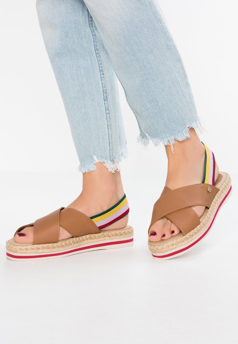 Tommy Hilfiger - COLORFUL FLAT - Plateausandalette - brown