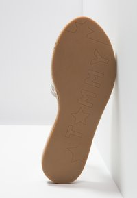 Tommy Hilfiger - IRIDESCENT DETAIL FLAT MULE - Pantofle - white - 6