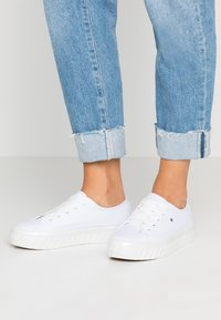 Tommy Hilfiger - OUTSOLE DETAIL FLATFORM - Trainers - white - 0