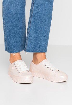 OUTSOLE DETAIL FLATFORM - Sneaker low - pink