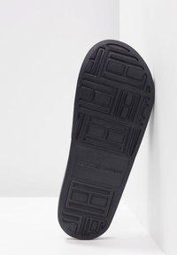 Tommy Hilfiger - IRIDESCENT DETAIL POOL SLIDE - Pantofle - blue - 6