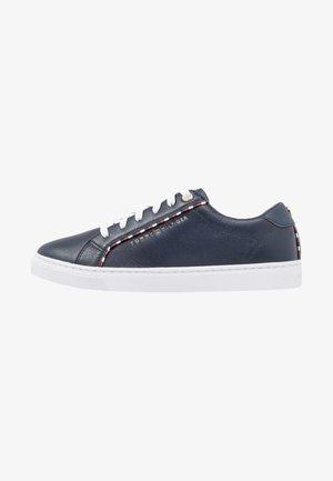 CORPORATE DETAIL  - Sneakers laag - blue