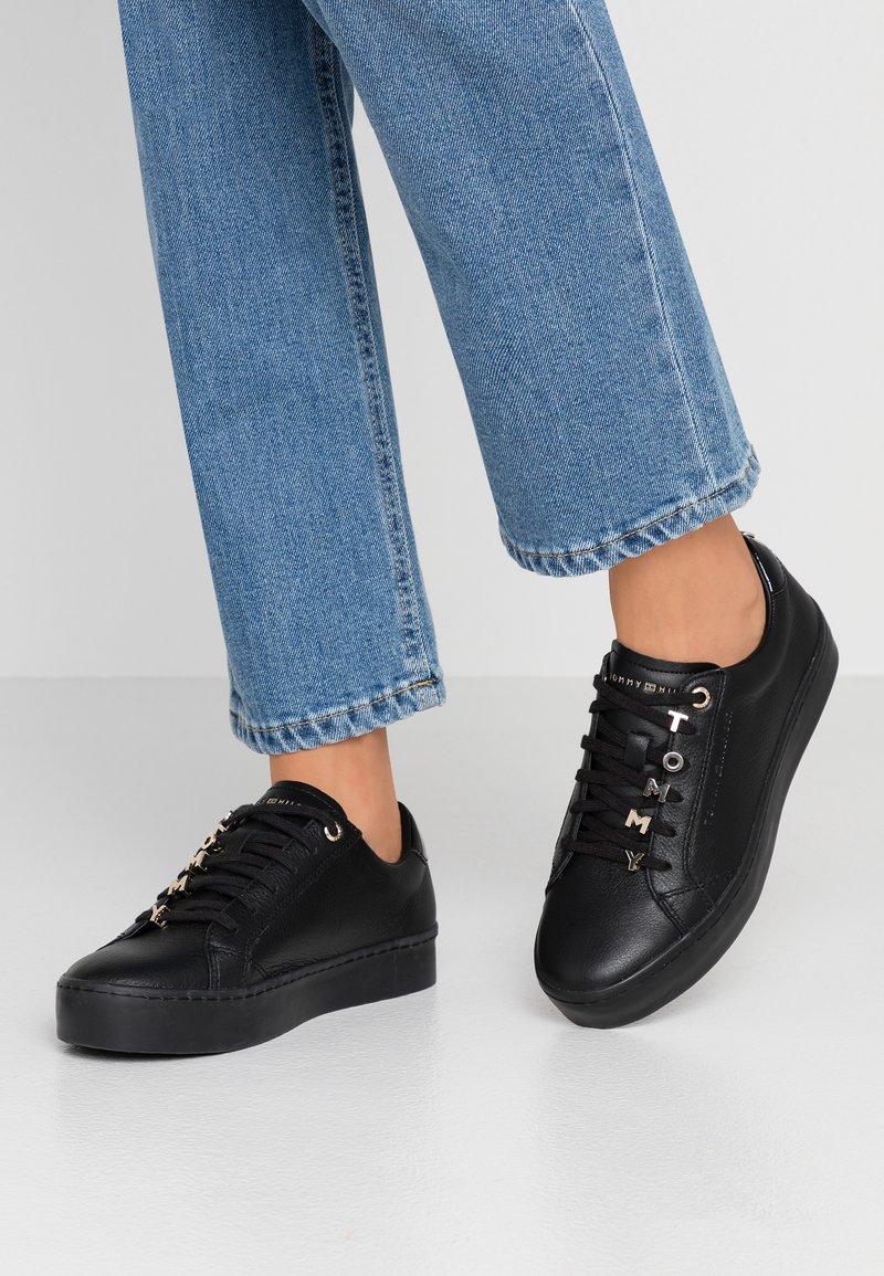 Tommy Hilfiger - HARDWARE DRESS - Zapatillas - black