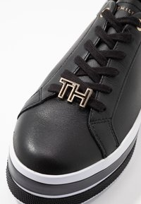 Tommy Hilfiger - TH HARDWARE FLATFORM - Joggesko - black