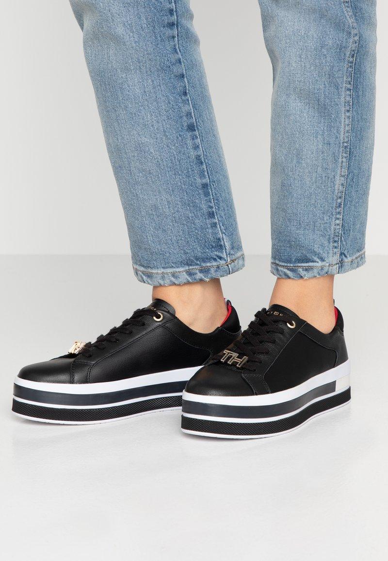 Tommy Hilfiger - TH HARDWARE FLATFORM - Sneakers laag - black