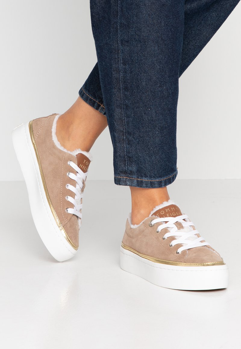 Tommy Hilfiger - COSY LACE  - Sneakers basse - brown
