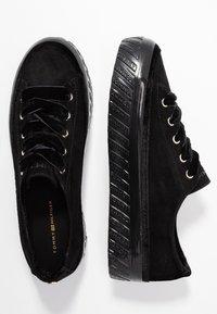 Tommy Hilfiger - VELVET LACE FLATFORM - Sneakers - black - 3