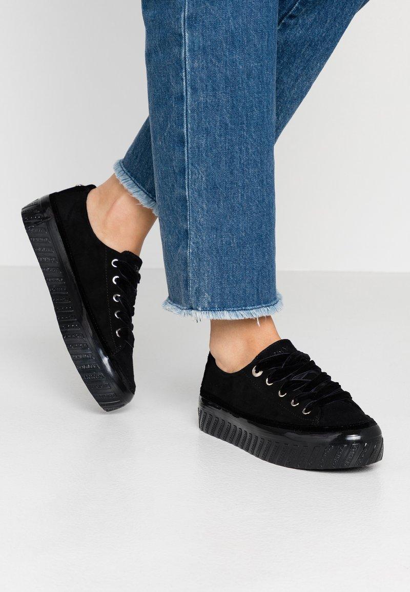 Tommy Hilfiger - VELVET LACE FLATFORM - Sneakers laag - black