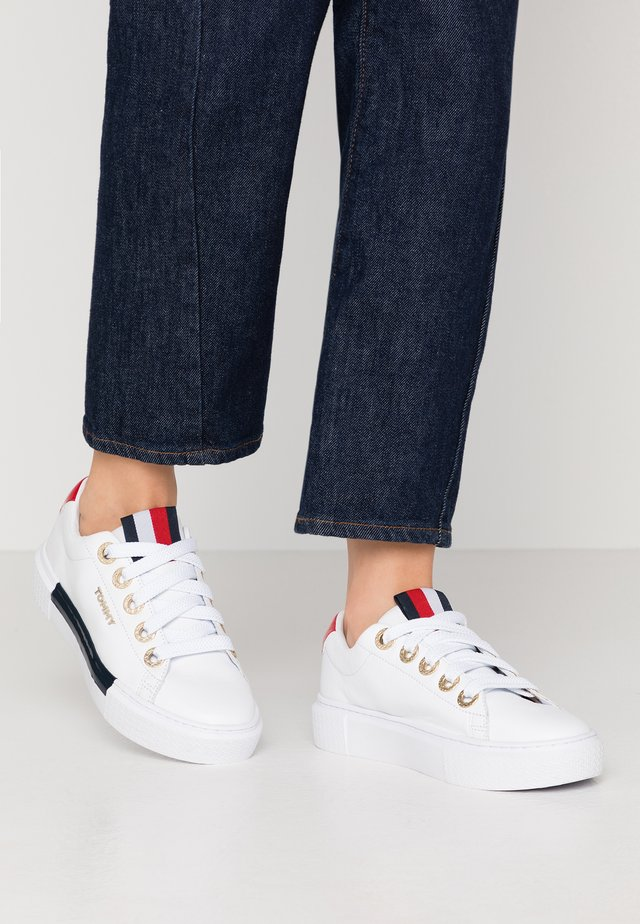 LEATHER ELEVATED TOMMY SNEAKER - Sneakers laag - white