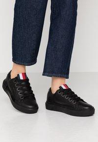 Tommy Hilfiger - LEATHER ELEVATED TOMMY SNEAKER - Sneakersy niskie - black - 0