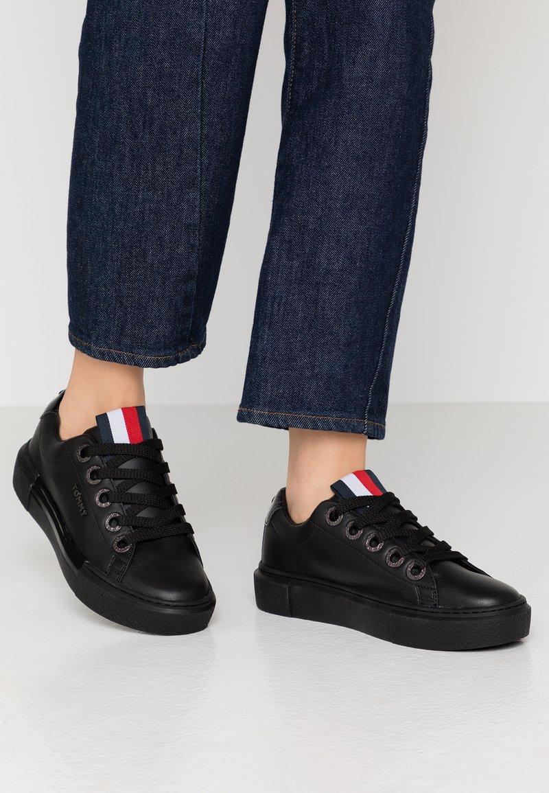 Tommy Hilfiger - LEATHER ELEVATED TOMMY SNEAKER - Sneakersy niskie - black