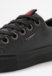 Tommy Hilfiger - LEATHER ELEVATED TOMMY SNEAKER - Sneakersy niskie - black - 2