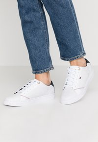 Tommy Hilfiger - TOMMY JACQUARD LEATHER SNEAKER - Sneakersy niskie - white - 0