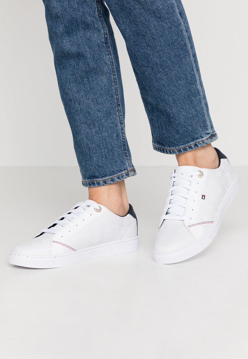 Tommy Hilfiger - TOMMY JACQUARD LEATHER SNEAKER - Sneakersy niskie - white