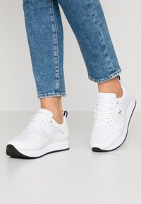 Tommy Hilfiger - TOMMY DRESS CITY SNEAKER - Baskets basses - white - 0