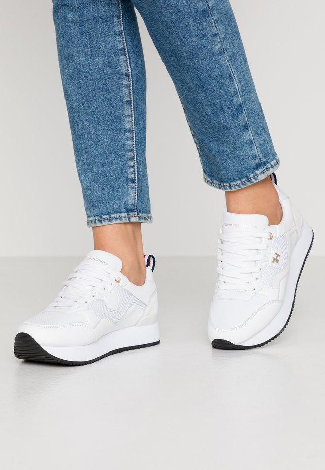 TOMMY DRESS CITY SNEAKER - Sneakersy niskie - white
