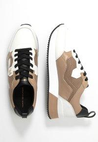 Tommy Hilfiger - TOMMY DRESS CITY SNEAKER - Sneakers laag - tiger's eye - 3