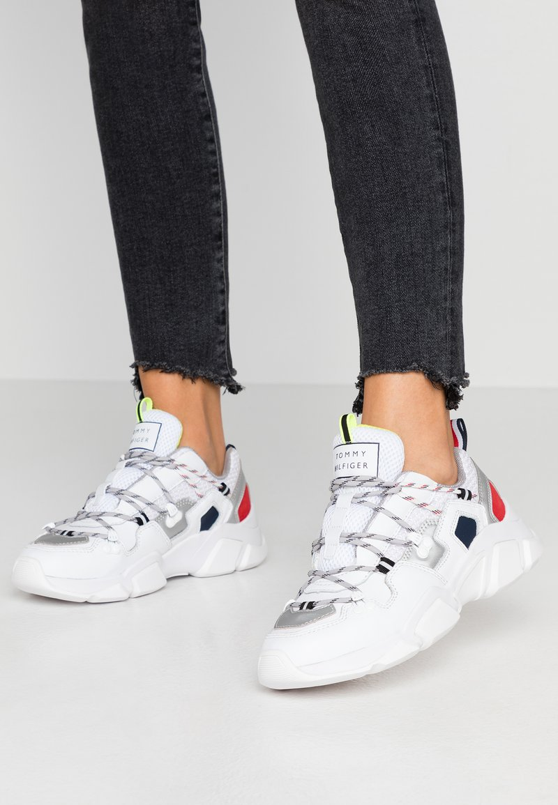 Tommy Hilfiger - CITY VOYAGER CHUNKY SNEAKER - Sneakers laag - white