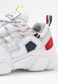 Tommy Hilfiger - CITY VOYAGER CHUNKY SNEAKER - Sneakersy niskie - white - 2
