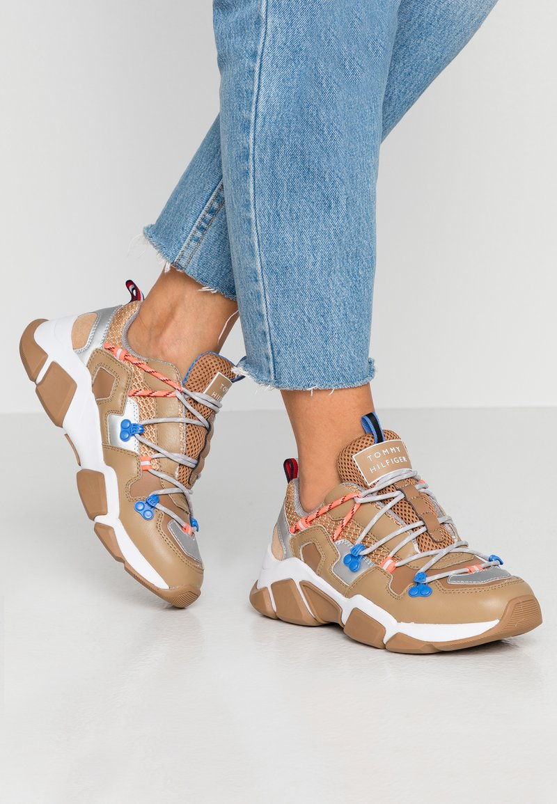 Tommy Hilfiger - CITY VOYAGER CHUNKY SNEAKER - Sneakersy niskie - classic khaki