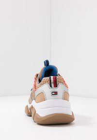 Tommy Hilfiger - CITY VOYAGER CHUNKY SNEAKER - Sneakersy niskie - classic khaki - 5