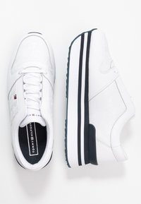 Tommy Hilfiger - TOMMY JACQUARD FLATFORM SNEAKER - Sneakers laag - white - 3