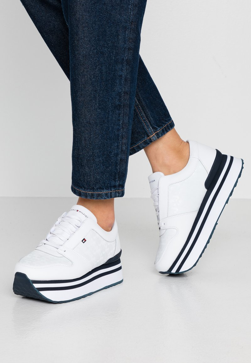 Tommy Hilfiger - TOMMY JACQUARD FLATFORM SNEAKER - Sneakers laag - white