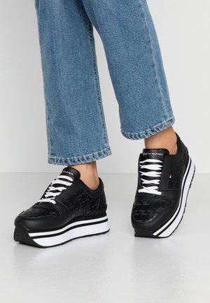 TOMMY JACQUARD FLATFORM SNEAKER - Sneakers laag - black