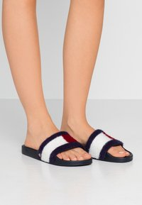 Tommy Hilfiger - TH FLAG FURRY POOL SLIDE - Muiltjes - desert sky - 0