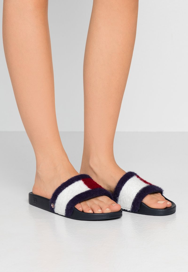 Tommy Hilfiger - TH FLAG FURRY POOL SLIDE - Muiltjes - desert sky