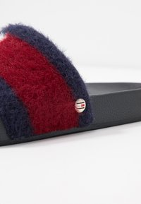 Tommy Hilfiger - TH FLAG FURRY POOL SLIDE - Muiltjes - desert sky - 2