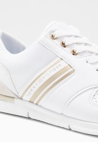 Tommy Hilfiger - METALLIC LIGHTWEIGHT SNEAKERS - Trainers - white/light gold - 2