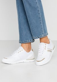 Tommy Hilfiger - METALLIC LIGHTWEIGHT SNEAKERS - Trainers - white/light gold - 0