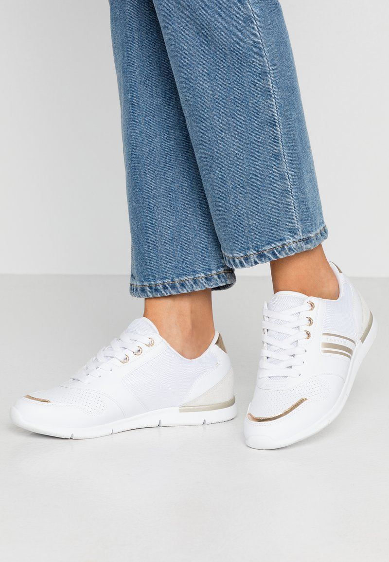 Tommy Hilfiger - METALLIC LIGHTWEIGHT SNEAKERS - Trainers - white/light gold