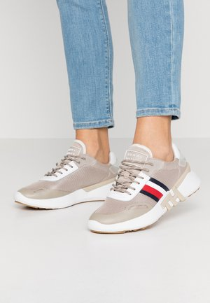TOMMY SPORTY BRANDED RUNNER - Baskets basses - stone