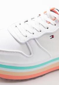 Tommy Hilfiger - PIPED FLATFORM SNEAKER - Sneakersy niskie - white - 2